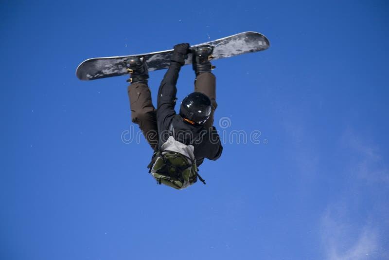 Snowboarder, der großen Luftsprung nimmt lizenzfreie stockfotografie