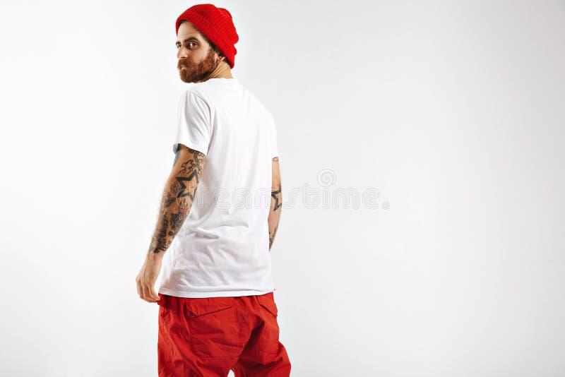 Snowboarder, der zurück vom unbeschrifteten weißen T-Shirt darstellt stockfoto