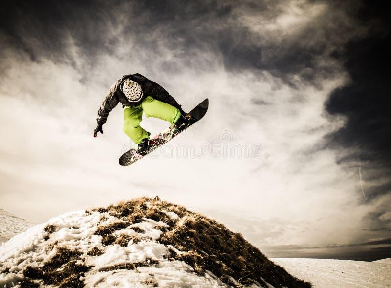 Snowboarder des jungen Mannes stockbild