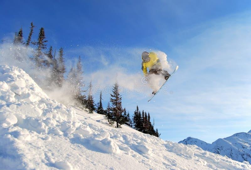 Snowboarder di salto fotografie stock