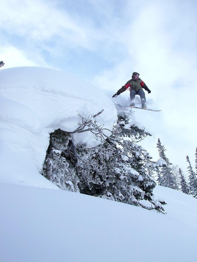 Snowboarder di salto fotografia stock