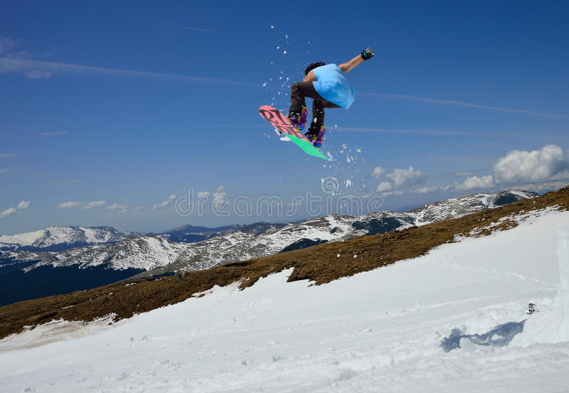 Snowboarder di salto immagine stock