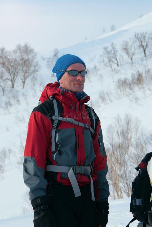 Snowboarder die, freerider, alvorens de berg omhoog te worden rusten stock foto's