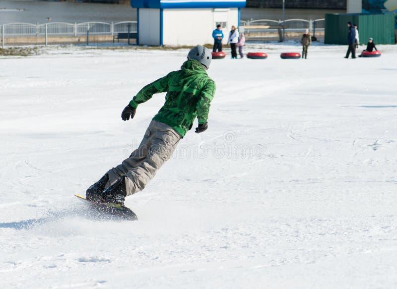 Snowboarder die op sneeuw berijden royalty-vrije stock fotografie