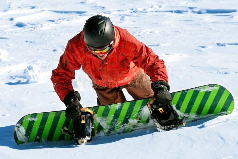 Snowboarder die sneeuwhelling beklimt stock fotografie