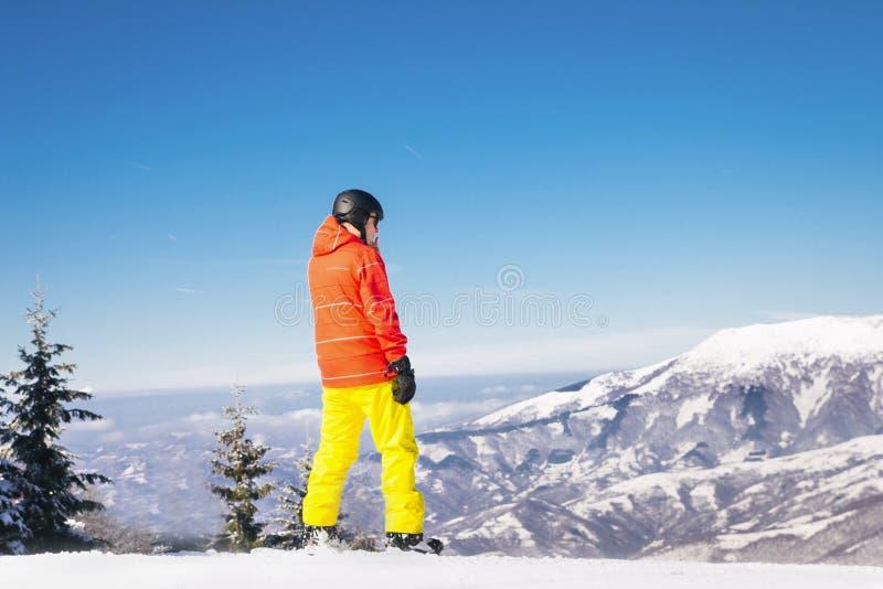 Snowboarder die zich in bergen bevinden royalty-vrije stock fotografie