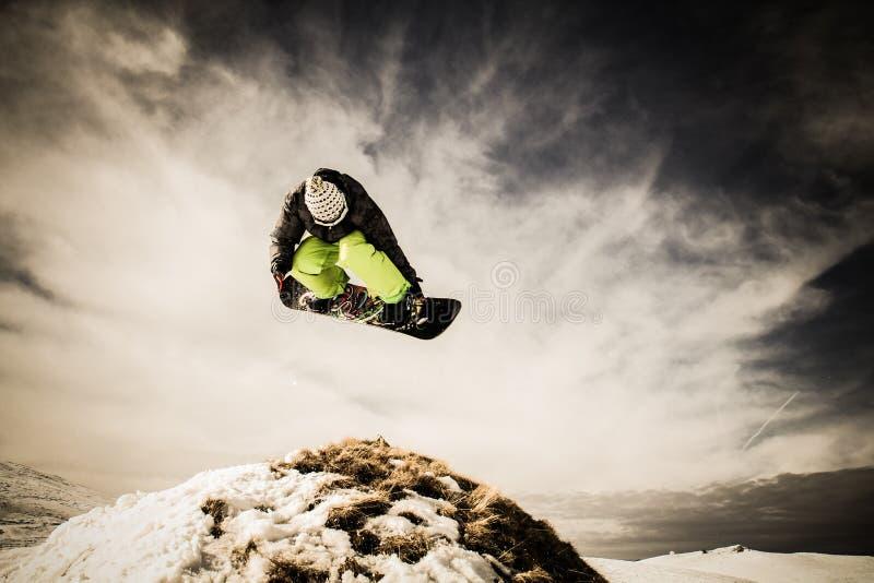 Snowboarder do homem novo foto de stock royalty free