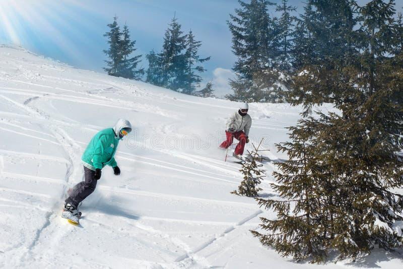 Snowboarder do homem novo que corre abaixo da inclinação em montanhas alpinas Esporte de inverno e recreação, atividades exterior foto de stock royalty free