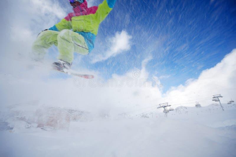 Snowboarder doskakiwanie fotografia royalty free