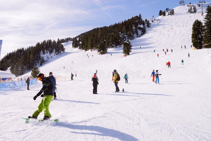 Snowboarder e Skiers, na estância de esqui de Penken, na Áustria de Zillertal fotos de stock royalty free