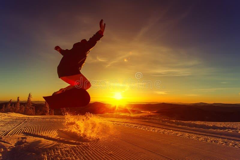 Snowboarder en la montaña foto de archivo