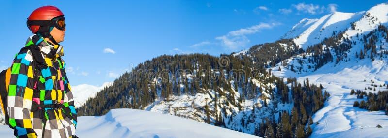 Snowboarder en las montañas nevosas imagenes de archivo