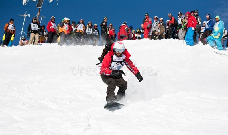 Snowboarder en raza imagenes de archivo