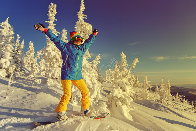 Snowboarder en una montaña foto de archivo