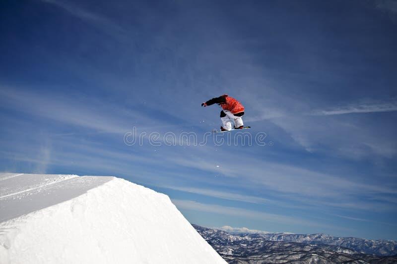 Snowboarder extremo do esporte da ação que salta o ar grande fotos de stock
