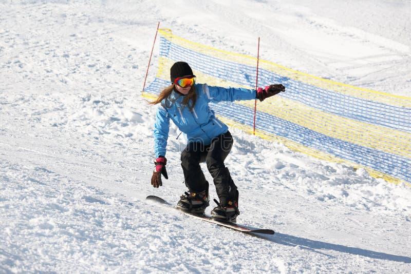 Snowboarder femminile su una neve fotografie stock