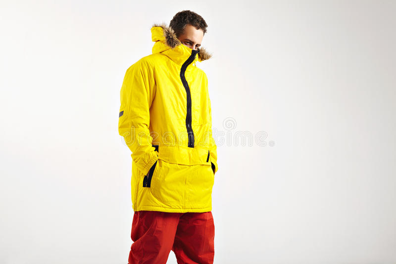 Snowboarder i ljus anorak arkivbild