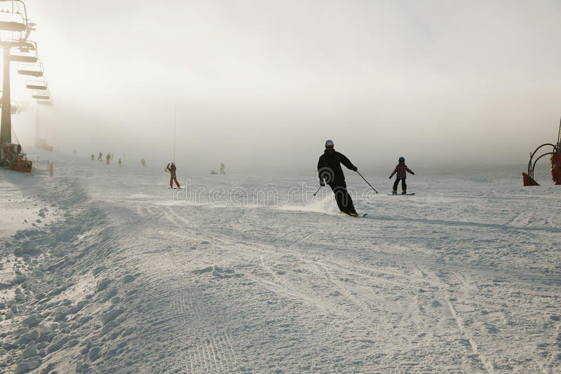 Snowboarder i overaller på en backe, berg och vintersportar Passande för befordrings- bruk, i stället för rubriken royaltyfri foto
