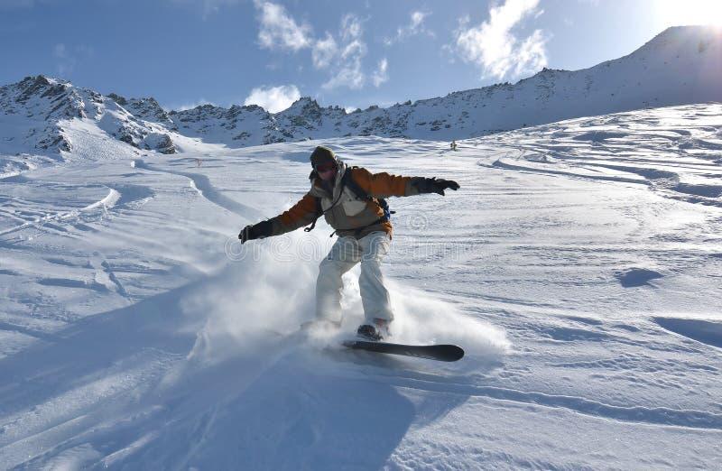 Snowboarder im Puder-Schnee lizenzfreie stockbilder