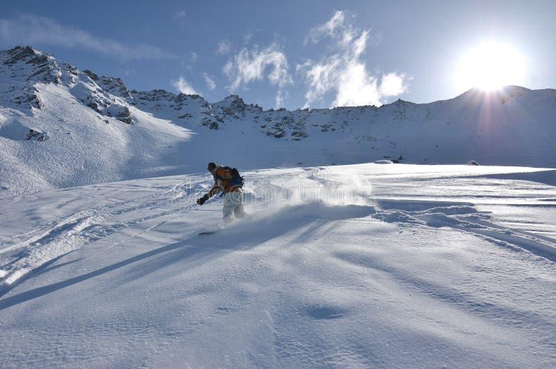 Snowboarder im Puder-Schnee lizenzfreie stockfotos
