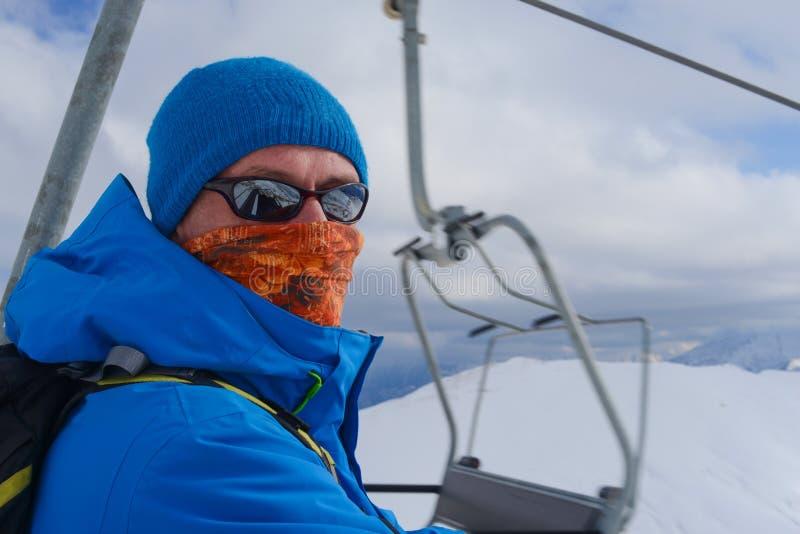 Snowboarder jedzie na narciarskim dźwignięciu obraz royalty free