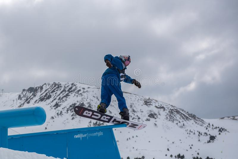 Snowboarder JUDD HENKES LOS E.E.U.U. que participa en la lucha total Grandvalira 2019 Andorra fotos de archivo