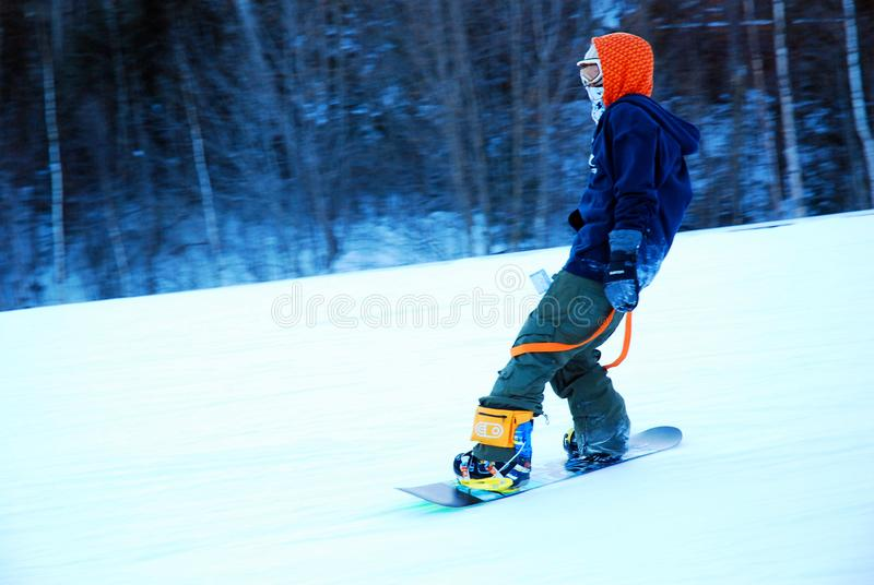Snowboarder macht abwärts Reißverschluss zu stockbild