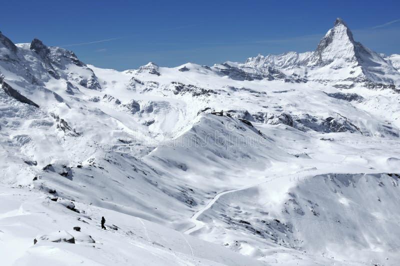Snowboarder na frente de Matterhorn fotografia de stock royalty free