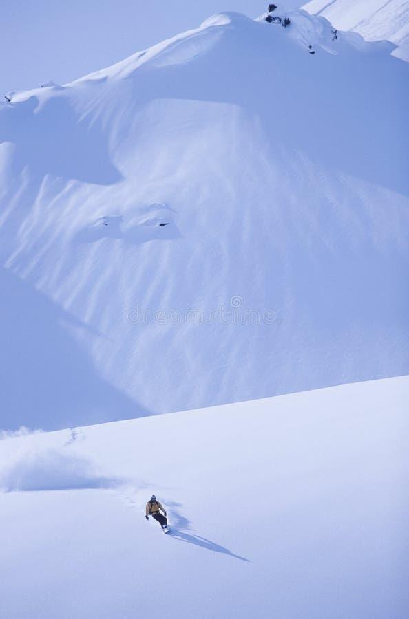 Snowboarder na inclinação foto de stock royalty free