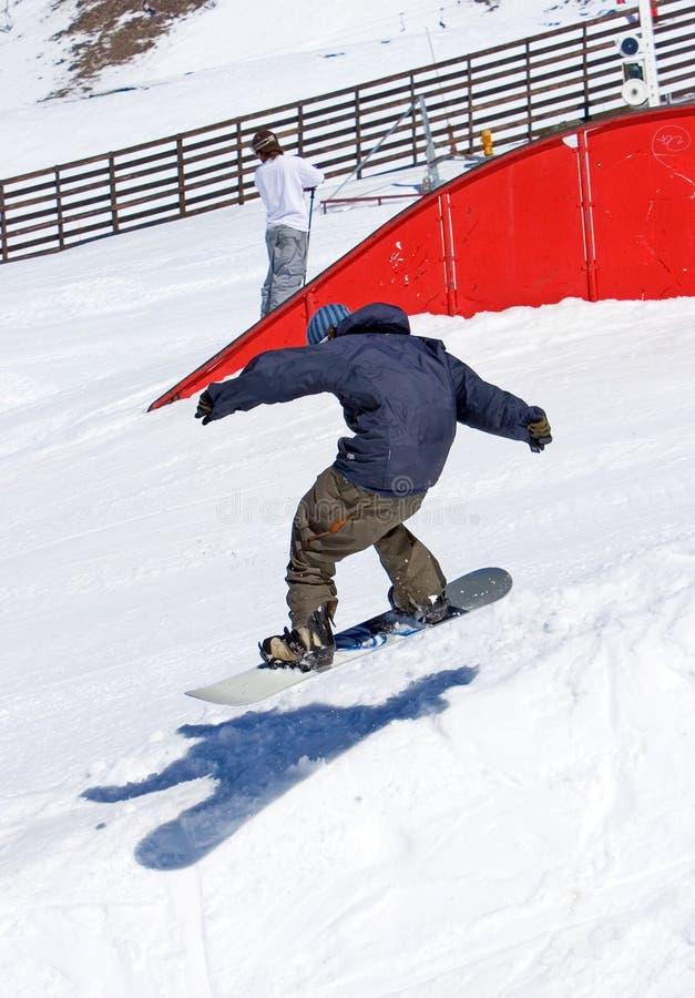 Snowboarder na meia tubulação da estância de esqui de Pradollano na Espanha fotos de stock
