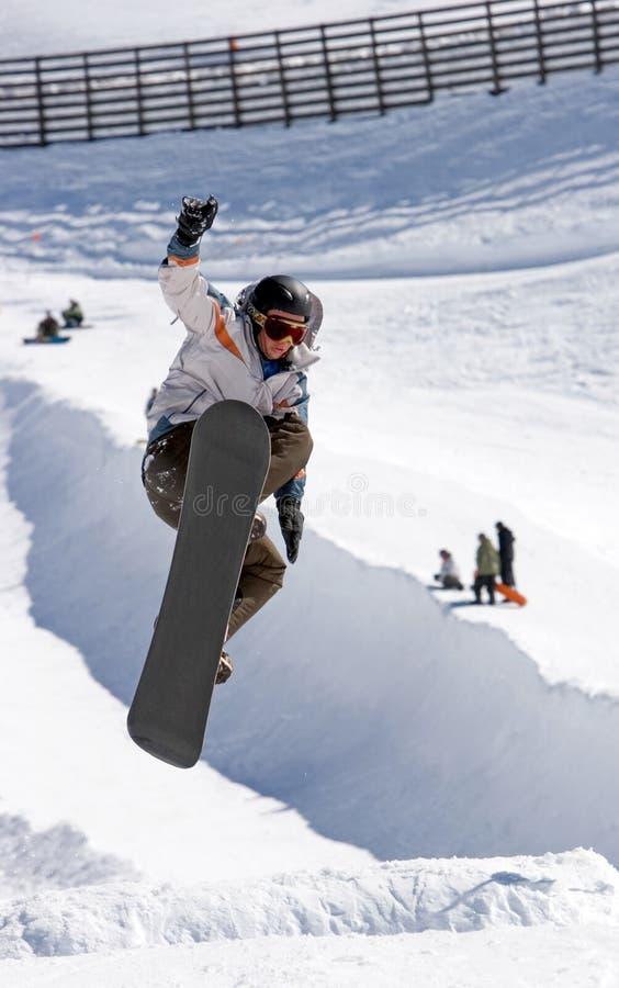 Snowboarder na meia tubulação da estância de esqui de Pradollano em Spain fotografia de stock royalty free
