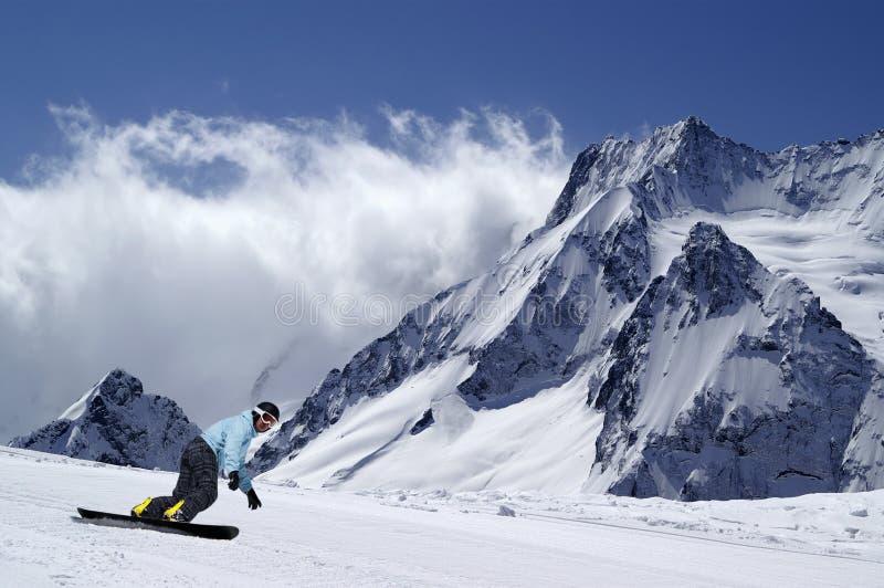 Snowboarder na piste skłonie fotografia stock