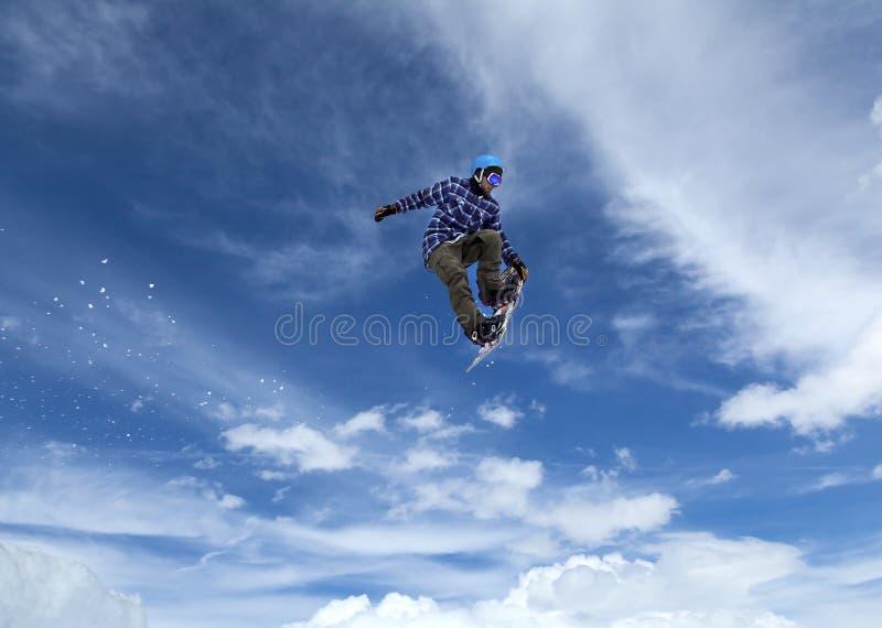 Snowboarder no céu fotografia de stock royalty free