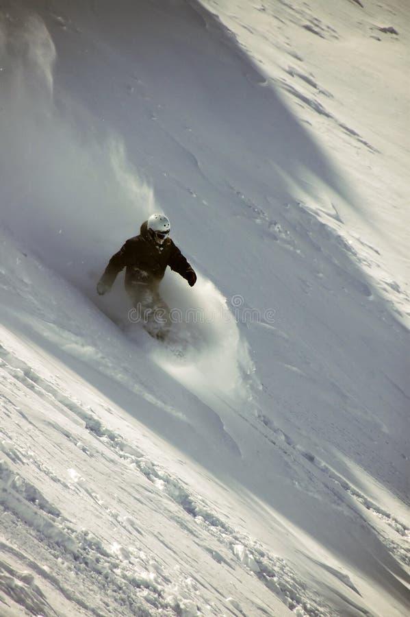 Snowboarder no pó profundo imagens de stock