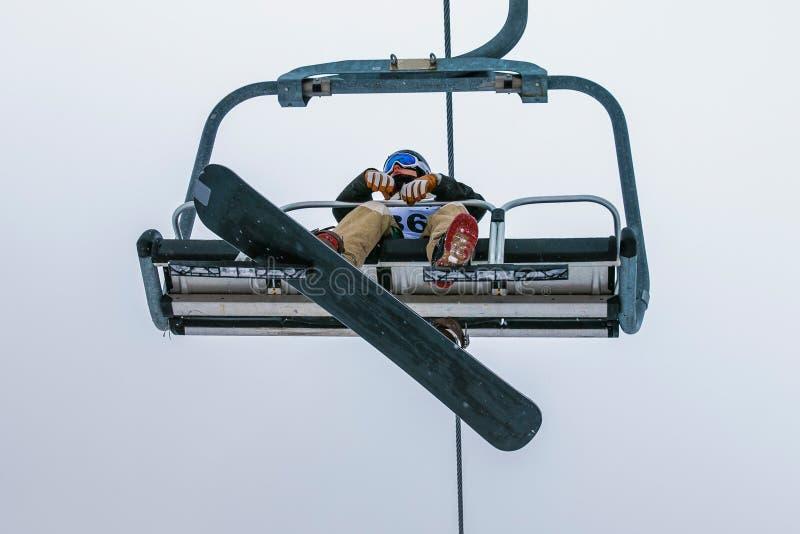 Snowboarder novo do atleta foto de stock