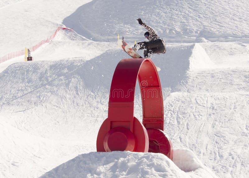 Snowboarder ono ślizga się i jibbing w snowpark zdjęcia stock