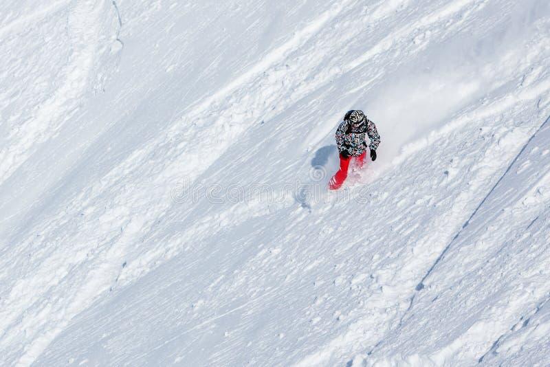 Snowboarder op de manier neer in de winterbergen, Gudauri, Georgi stock afbeelding