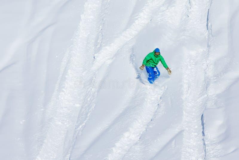 Snowboarder op de manier neer in de winterbergen, Gudauri, Georgi royalty-vrije stock foto
