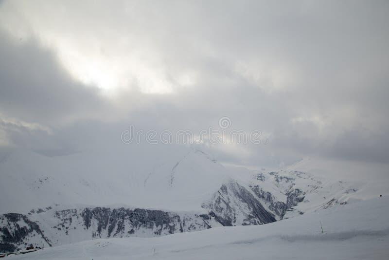 Snowboarder para baixo fora da inclinação da pista com neve novo-caída Montanhas de Cáucaso, Geórgia, estância de esqui Gudauri imagens de stock