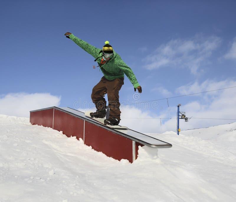 Snowboarder in parco immagini stock