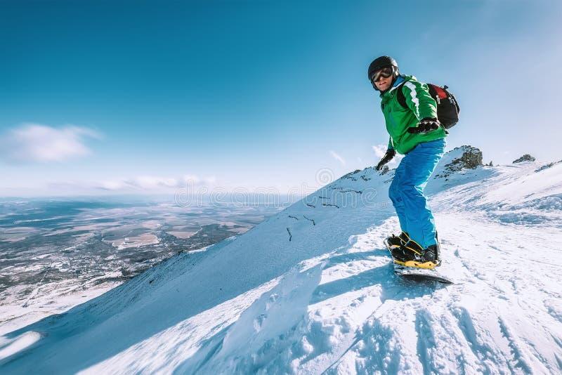 Snowboarder pobyt na halnym wierzchołku, Tatranska Lomnica, Sistani obraz stock
