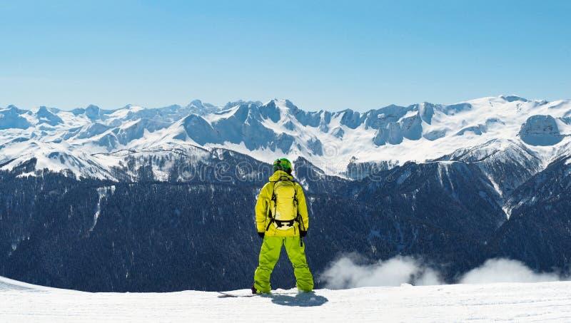 Snowboarder pozycja przy panoramicznym tłem zdjęcia stock