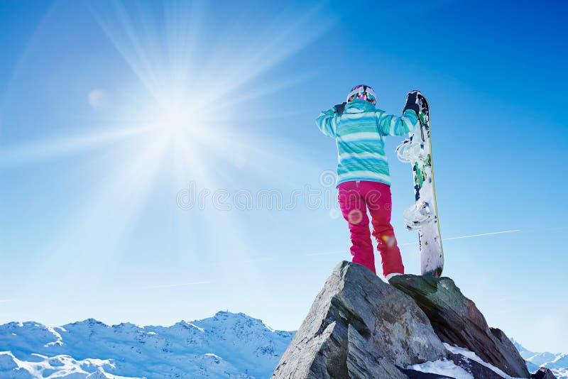 Snowboarder que olha às montanhas imagem de stock