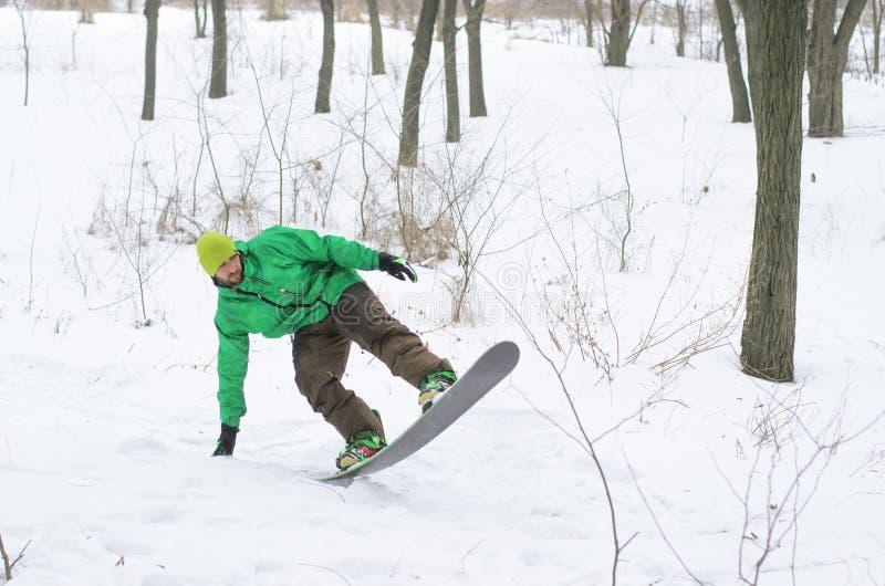 Snowboarder que vem para baixo o monte em um snowboard foto de stock royalty free