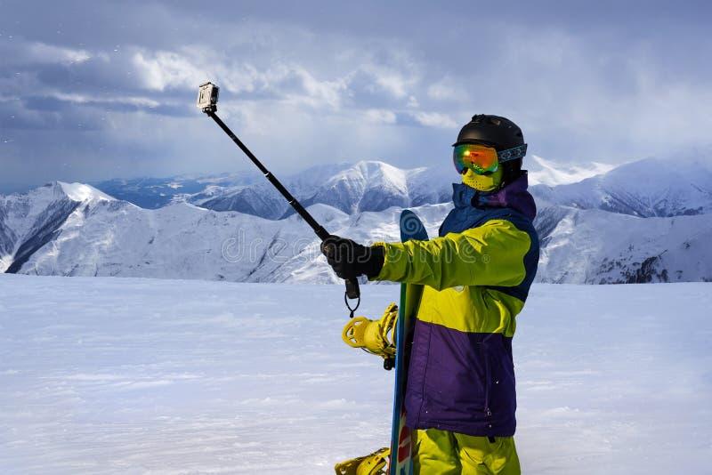 Snowboarder robi selfie na akci kamery kiju zdjęcia stock