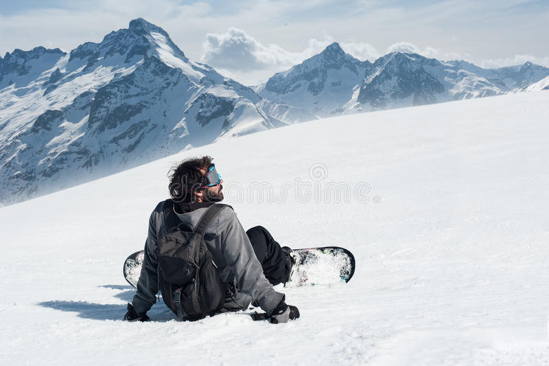 Download Snowboarder Siedzi Na Szczyciefal Tg0 0n W Tym Stadium Góry Obraz Stock - Obraz złożonej z szczyt, wysoki: 53787211