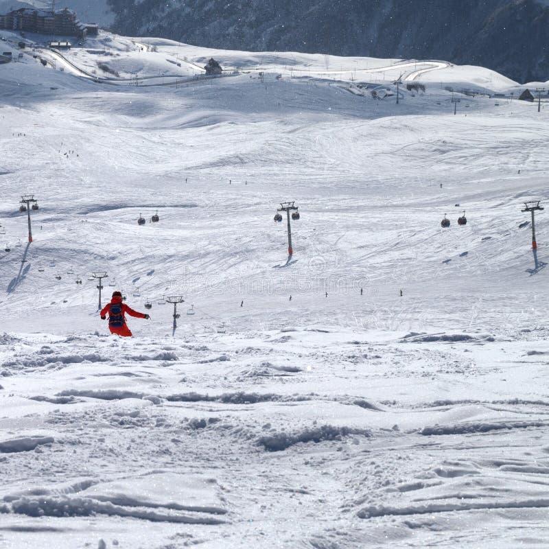 Snowboarder som är sluttande på freeridespår royaltyfri fotografi