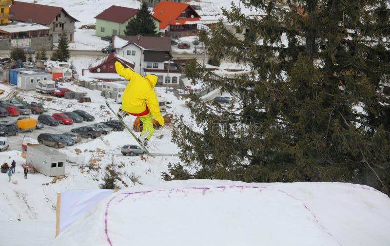 Snowboarder som flyger över arenaen Platos, Paltinis royaltyfria foton