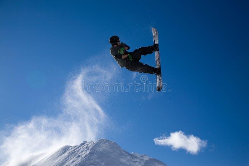 Snowboarder springen stockbild