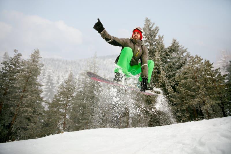 Download Snowboarder In Sprong Bij Skitoevlucht In De De Berg-winter Sport Stock Foto - Afbeelding bestaande uit openlucht, persoon: 107707102